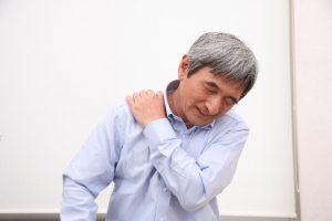肩に寝れないくらい激痛が!原因は?突然、一瞬だけだったり、しびれを伴う場合は・・・