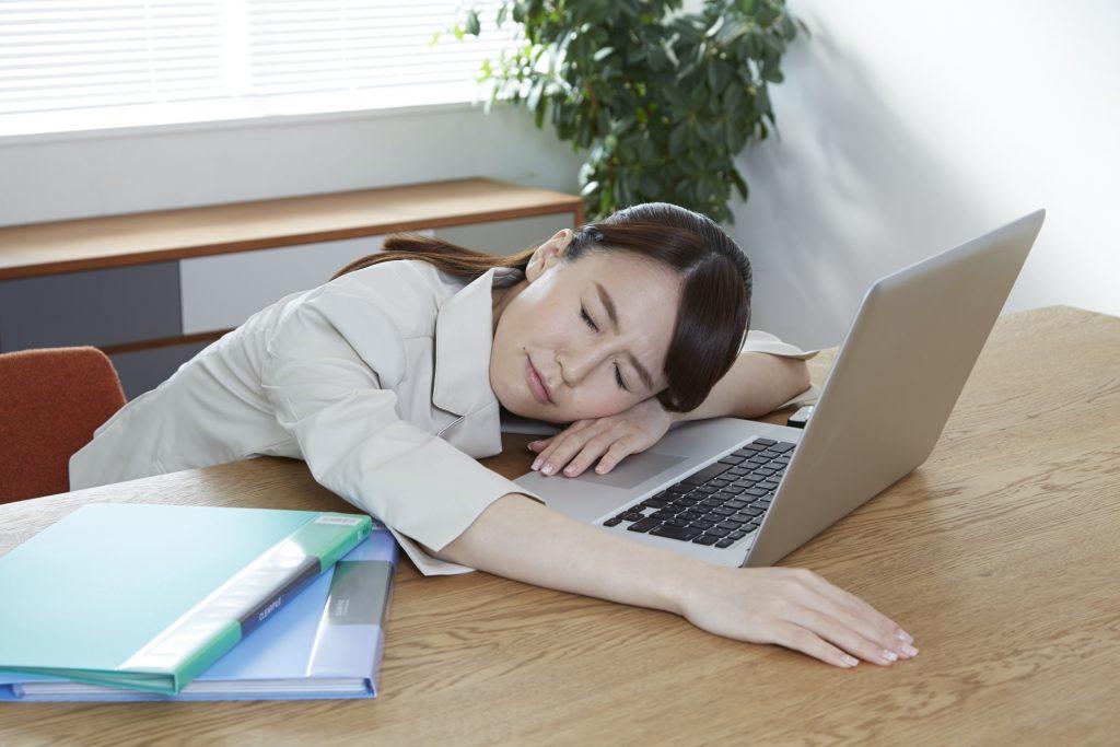 立寝,原因,病気,睡眠障害,歩きながら,寝る,仕事中
